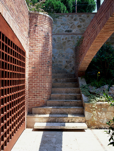 Brick House「View of a stairway outside a house」:写真・画像(1)[壁紙.com]