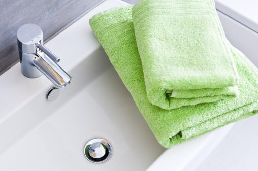 美容「バスルームの洗面台、2 つのすっきりとしたグリーンのタオル、異なるサイズ」:スマホ壁紙(15)