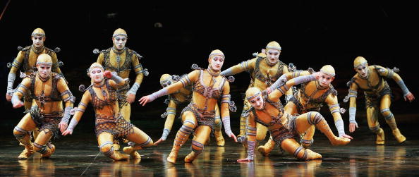 Large Group Of People「Cirque Du Soleil's Alegria - Dress Rehearsal」:写真・画像(1)[壁紙.com]