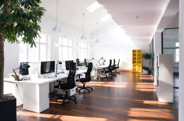 Desks with PCs in bright and modern open space office:スマホ壁紙(壁紙.com)