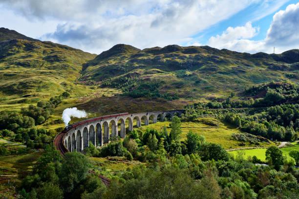 UK, Scotland, Highlands, Glenfinnan viaduct with a steam train passing over it:スマホ壁紙(壁紙.com)