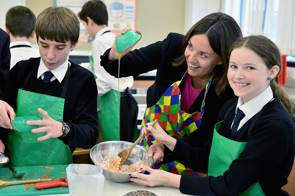 Politics and Government「Scottish Labour Leader Joins Pupils For A School Cookery Lesson」:写真・画像(8)[壁紙.com]