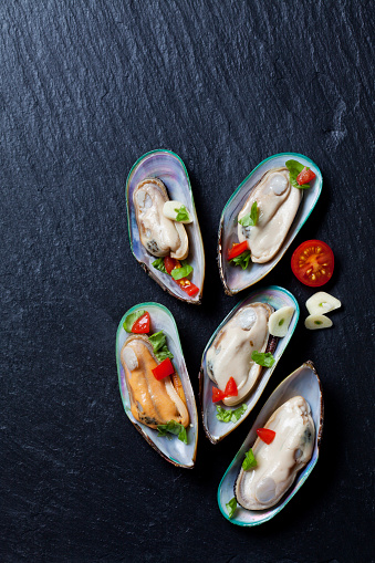 Mussel「Green mussels with tomatoes, capsicum and garlic, on black slate slab」:スマホ壁紙(14)