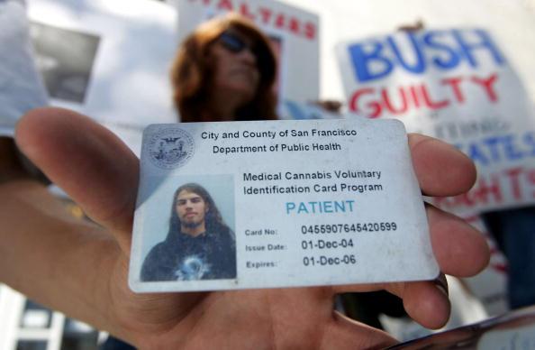 ID Card「Medical Marijuana Advocates Protest Police Raids」:写真・画像(8)[壁紙.com]