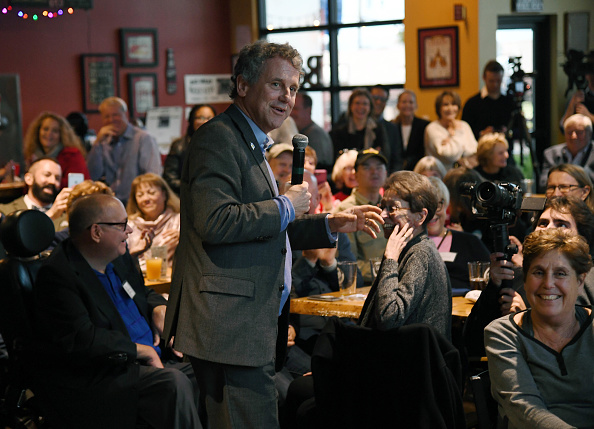 Ethan Miller「Sen. Sherrod Brown (D-OH) Meets With Nevada Voters In Henderson」:写真・画像(7)[壁紙.com]