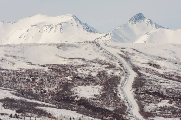 Pipeline Ascending Remote Winter Mountain:スマホ壁紙(壁紙.com)