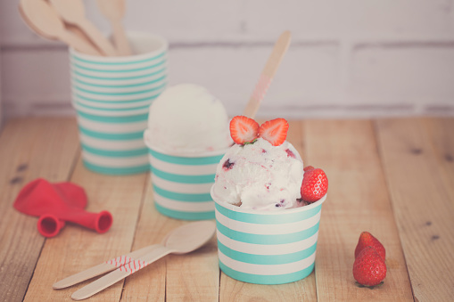 Balloon「Ice-cream cups with strawberries and balloons」:スマホ壁紙(3)
