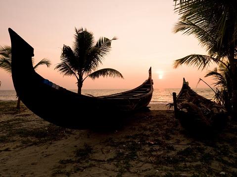アラビア海「Two Canoes on the Beach at the Arabian Sea, Kerala, India」:スマホ壁紙(13)