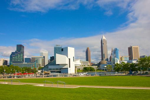 Rock Music「Cleveland skyline above green lawn of Voinovich Park」:スマホ壁紙(4)