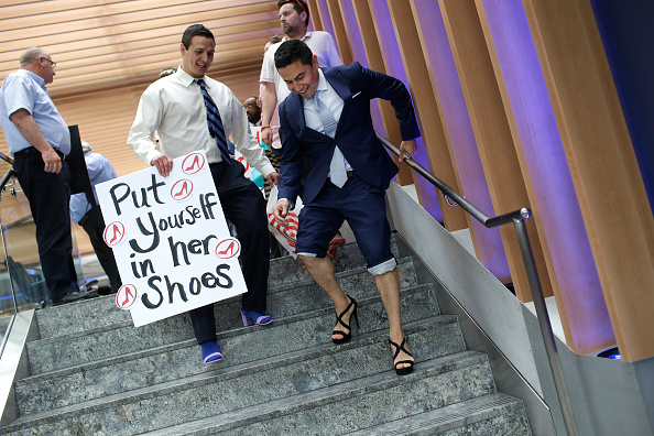 ヒューマンインタレスト「Male Attorneys In Chicago Don Heels To March Against Rape And Gender Violence」:写真・画像(1)[壁紙.com]