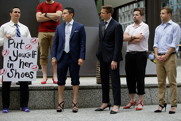 ヒューマンインタレスト「Male Attorneys In Chicago Don Heels To March Against Rape And Gender Violence」:写真・画像(2)[壁紙.com]