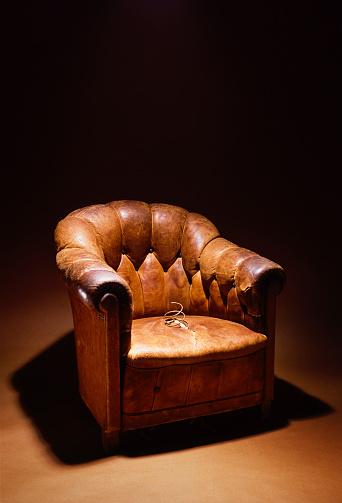 Broken「Broken Leather-Upholstered Armchair」:スマホ壁紙(14)