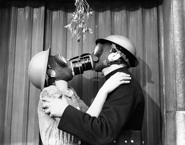 Christmas「Gas Mask Kiss」:写真・画像(8)[壁紙.com]