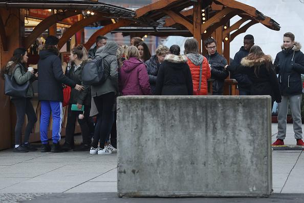 2016 Berlin Christmas Market Attack「Berlin Christmas Markets Reopen Following Apparent Terror Attack」:写真・画像(7)[壁紙.com]