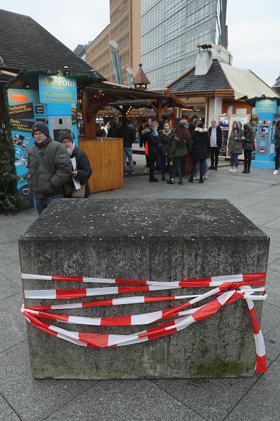 2016 Berlin Christmas Market Attack「Berlin Christmas Markets Reopen Following Apparent Terror Attack」:写真・画像(8)[壁紙.com]