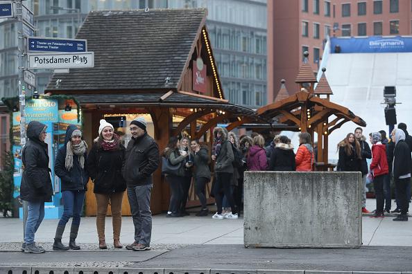 2016 Berlin Christmas Market Attack「Berlin Christmas Markets Reopen Following Apparent Terror Attack」:写真・画像(9)[壁紙.com]