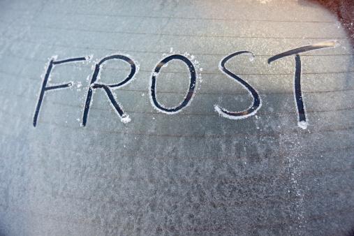霜「冷たい車の窓を備えた、「フロストに書かれている」:スマホ壁紙(8)