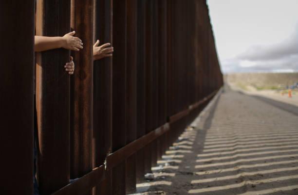 Hugs Not Walls Event Briefly Reunites Families At US-Mexico Border Wall:ニュース(壁紙.com)