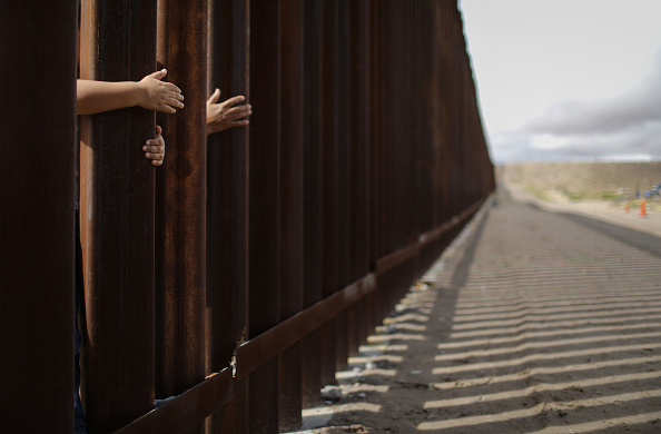 Mexico「Hugs Not Walls Event Briefly Reunites Families At US-Mexico Border Wall」:写真・画像(17)[壁紙.com]