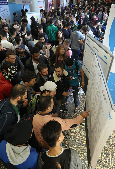 縦位置「Berlin Employment Agency Holds Refugees Jobs Fair」:写真・画像(8)[壁紙.com]