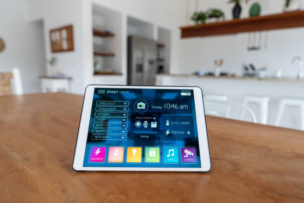 Using a tablet computer to control a smart home system:スマホ壁紙(壁紙.com)