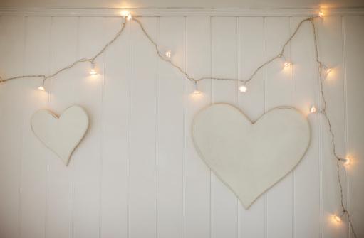 ハート型「ストリングの照明、壁にぶら下がるハート」:スマホ壁紙(8)