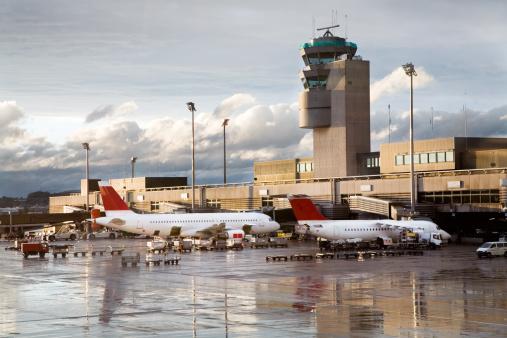 雨「雨の日の夜、朝の空港」:スマホ壁紙(18)