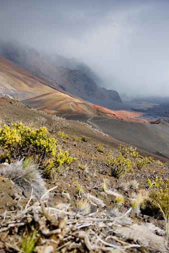 Haleakala National Park「USA, Hawaii, Maui, Haleakala, volcanic landscape with clouds and cinder cones」:スマホ壁紙(15)