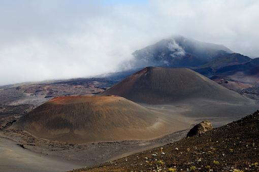 Haleakala National Park「USA, Hawaii, Maui, Haleakala, volcanic landscape with clouds and cinder cones」:スマホ壁紙(5)