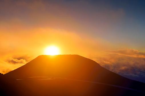 Haleakala National Park「USA, Hawaii, Maui, Haleakala, sunset on mountain top」:スマホ壁紙(19)