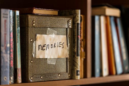 Souvenir「Memories box in book shelf」:スマホ壁紙(9)