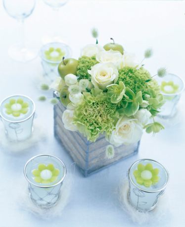 Table flower of rose and candle:スマホ壁紙(壁紙.com)