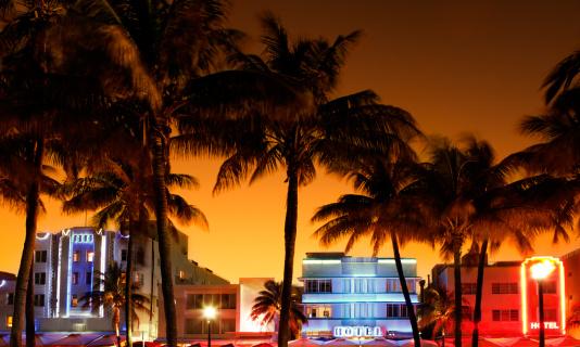 アールデコ調のホテルとレストランでは、サウスビーチやマイアミの夕暮れ時:スマホ壁紙(壁紙.com)