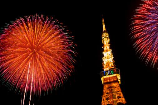 東京タワーと花火のまとめ:2008年08月01日(壁紙.com)