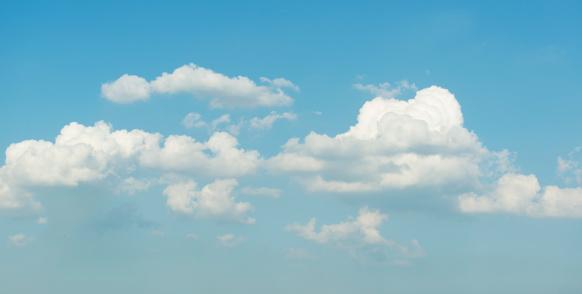 Puffy clouds on blue sky:スマホ壁紙(壁紙.com)