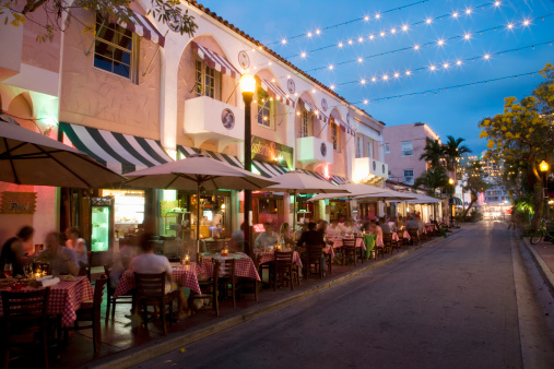 USA, Florida, Miami Beach. Restaurant in Espanola way at dusk.:スマホ壁紙(壁紙.com)
