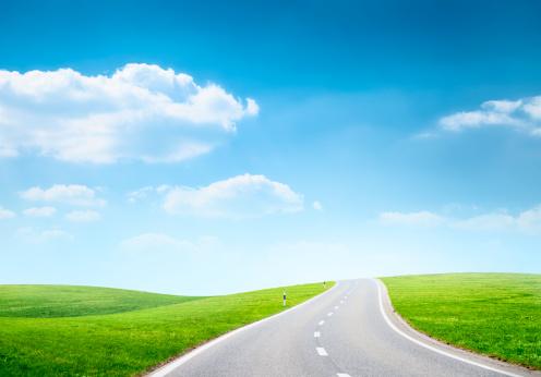 坂の多い道路のフィールド:スマホ壁紙(壁紙.com)