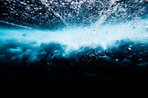 波の砕ける水中:スマホ壁紙(壁紙.com)