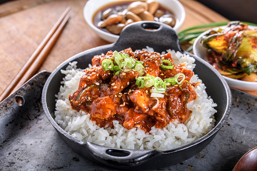 Cast Iron「Chopped Pork Meat Cooked with Red Chili Paste, Gochujang Sauce, over Rice」:スマホ壁紙(2)