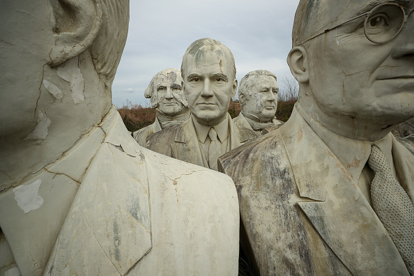 Bust - Sculpture「Remnants Of Bankrupted Presidents Park Stored On Private Family Farm In Croaker, Virginia」:写真・画像(8)[壁紙.com]