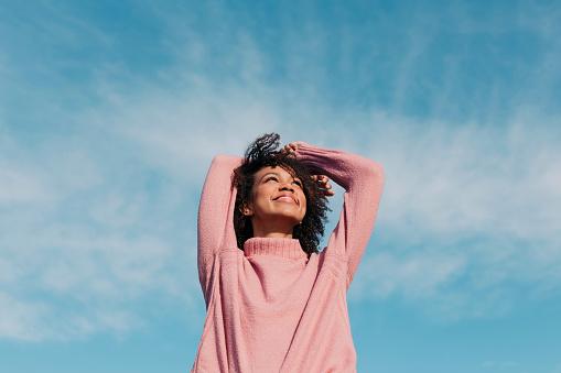 Serene People「Portrait of happy young woman enjoying sunlight」:スマホ壁紙(15)
