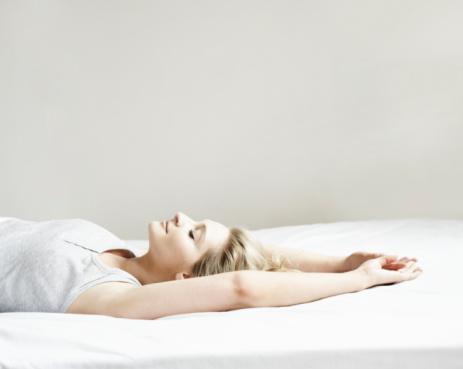 Serene People「Portrait of woman lying on bed」:スマホ壁紙(7)