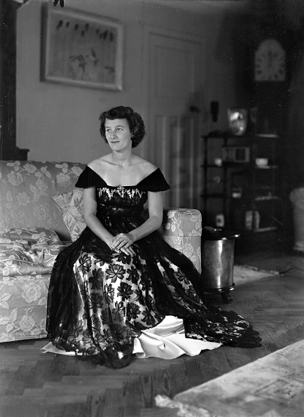 Cocktail Dress「Portrait Of Seated Woman In Evening Dress」:写真・画像(11)[壁紙.com]