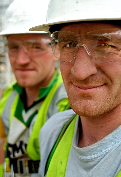 Hardhat「Portrait of twin construction workers, London, UK」:写真・画像(2)[壁紙.com]