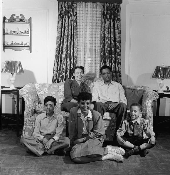 History「Portrait Of Black Family In Living Room 」:写真・画像(17)[壁紙.com]