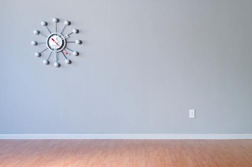 Baseboard「Retro Wall Clock In Empty Room」:スマホ壁紙(15)