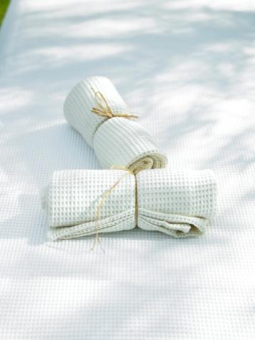 Printout「Two white napkins on cloth」:スマホ壁紙(4)