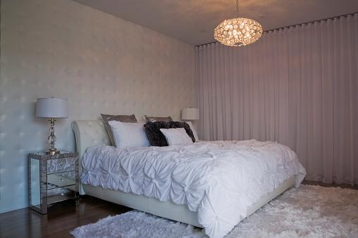 Duvet「King size bed in master bedroom」:スマホ壁紙(8)