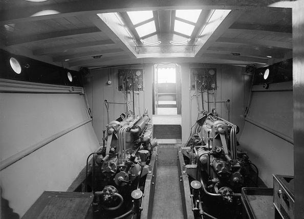 P「Engine Room On Cabin Cruiser DGSP」:写真・画像(2)[壁紙.com]