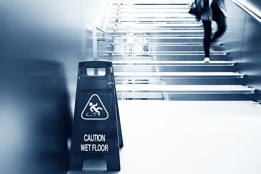 Walking「wet floor caution」:スマホ壁紙(18)